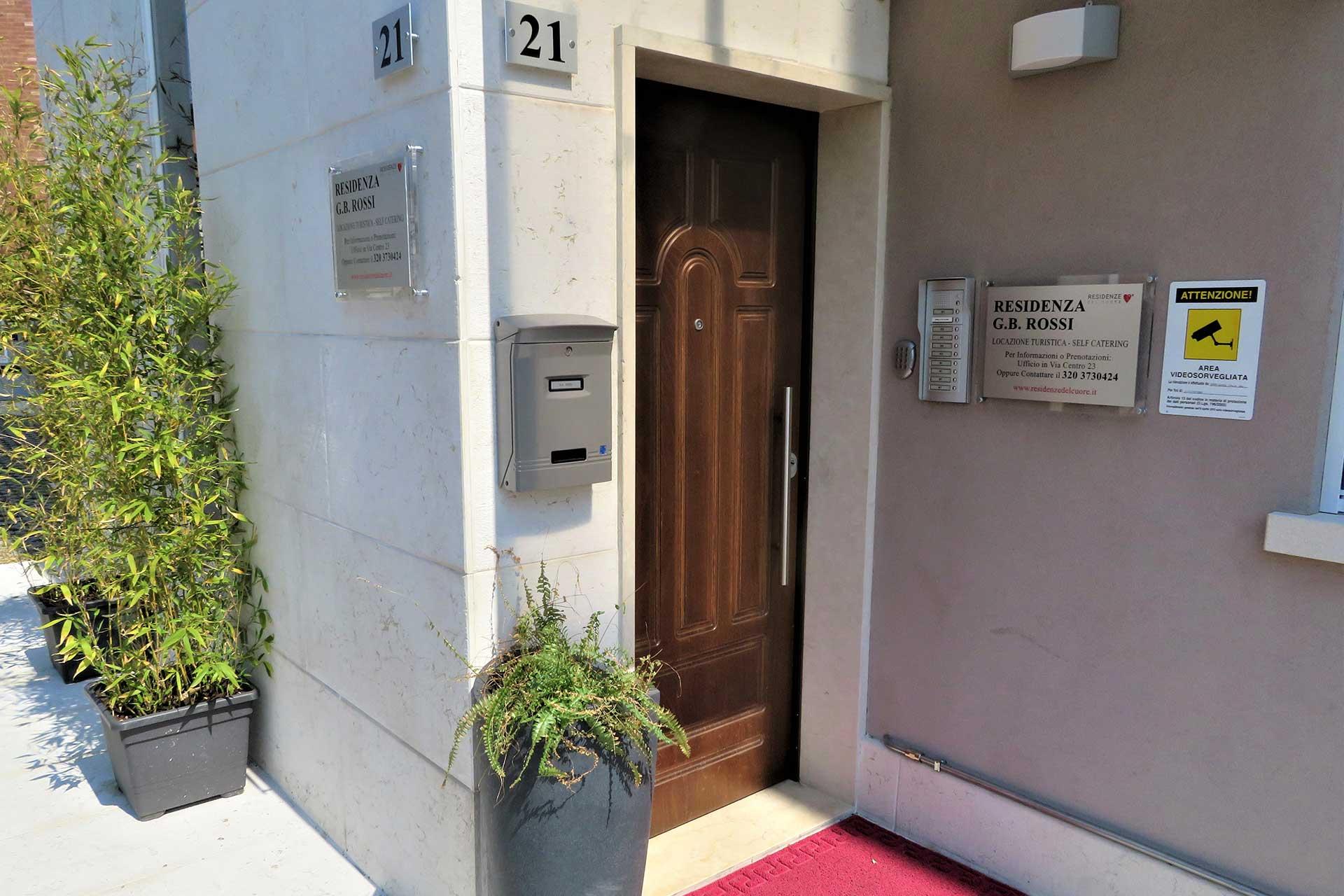 Entrata della Residenza GB Rossi di borgo roma, Verona